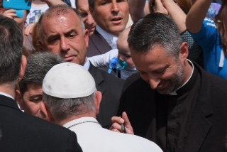 Father Richard Kunst reacting to Pope Francis signing his baseball.